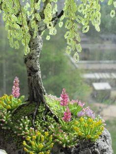Bead tree tutorial (not in English, but with photos) Seed Bead Crafts, Wire Crafts, French Beaded Flowers, Fairy Tree, Bonsai Art, Wire Trees, Beading Techniques, Tree Sculpture, Handmade Wire