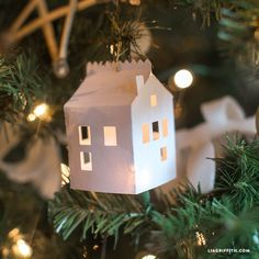 Get your hands on the pattern for this super-cute paper Christmas ornament inspired by Scandinavian design and miniature winter houses - perfect!