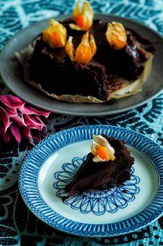 Gluteeniton fudgekakku on valmistettu Rakkaudella, Malin- kirjan reseptillä. Jo pieni pala tästä ihanasta kakusta riittää taltuttamaan makean himon.