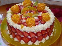 украшенный торт фруктами