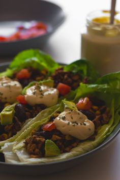 Tacos veganos de lechuga con crema agria casera, una alternativa sana y ligera a los tacos tradicionales. No tienen gluten ni lactosa y están deliciosos.