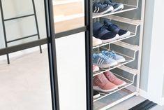Viktig med nok plass til sko i garderoben - og med elegante skyvedører foran! Closet Door Storage, Bra Storage, Storage Shelves, Tank Top Storage, Laundry Bin, Floating Corner Shelves, Bookcase Headboard, Diy Nightstand, Built In Wardrobe