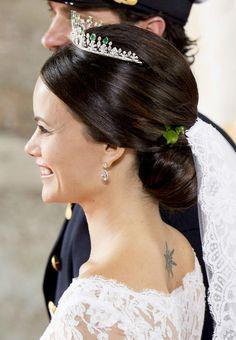 Une tiare d'émeraudes et de diamants complétait sa tenue