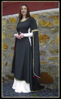 037 - Kleid mit Schleppenaermelbliaut