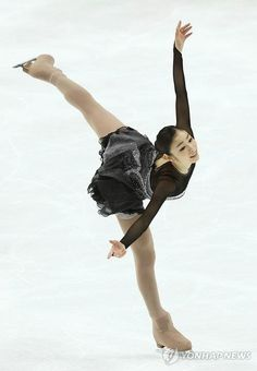 - figuer skater Yuna Kim - Homage to Korea Human Poses Reference, Pose Reference Photo, Skating Pictures, Ice Girls, Surf Girls, Kim Yuna, Girls Football Boots, Ice Dance, Olympic Champion