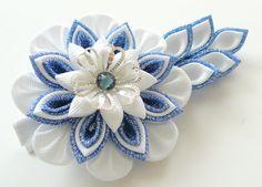 Kanzashi fabric flower hair clip. Blue and white kanzashi por JuLVa