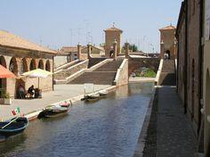 COMACCHIO  Capitale delle coppiette clandestine, delle anguille, dei trepponti romantici sul fiume, dell'odore delle fogne