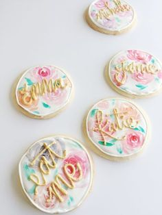 Cute floral decorated sugar cookies. These instructions will help you make them yourself!