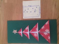 Carte de noel facile à faire Plier en 2 la carte 20cm X 20 cm Puis couper des petits Morceaux de taille différents (voir sur photo) Enfants comme adulte peut le réalisé