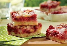 Carrés aux fraises Snack Recipes, Snacks, Poke Cakes, Small Cake, Toddler Meals, Dessert Bars, Baking Pans, Salmon Burgers, Biscuits