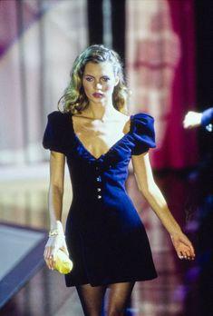 Versace Spring 1995 Ready-to-Wear Fashion Show Details: See detail photos for Versace Spring 1995 Ready-to-Wear collection. Look 37 2000s Fashion, Retro Fashion, High Fashion, Fashion Show, Vintage Fashion, Fashion Design, Steampunk Fashion, Gothic Fashion, Hollywood Fashion