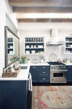 navy kitchen with white subway tile + rug 🙌🏼