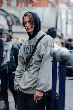 The Best Street Style Pics From the Fall 2016 Men's Shows estilo de rua dos homens Street Style Fashion Week, Autumn Street Style, Cool Street Fashion, Street Style Looks, Look Fashion, Mens Fashion, Fashion Outfits, Fashion Trends, Fashion Mode