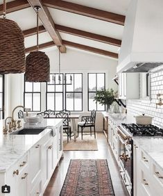 35 Inspiring White Farmhouse Style Kitchen Ideas To Maximize Kitchen Design At whatever point we say Farmhouse kitchen, we generally envision that cast-press sink with the twofold deplete sheets, the pine-topped … Farm Kitchen Ideas, Farmhouse Style Kitchen, Modern Farmhouse Kitchens, Home Kitchens, White Farmhouse, Farmhouse Ideas, Dream Kitchens, County Kitchen Ideas, Interior Design Farmhouse