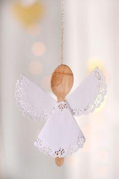 anjinho fofo, feito de colher descartável de madeira e rendinhas de papel!