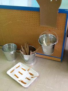 Coin Cabane à sucre Tire d'érable fait avec de la colle chaude et de la peinture à vitrail Dramatic Play, Play Ideas, Maple Syrup, Ice, Buckets, Miniatures, Other, Cabins, Day Care