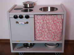 """…hat eine liebe Leserin meines Blogs für ihre vierjährige Tochter gebaut: ein Ikea-Hack aus dem Nachttisch """"Rast"""" und einem Stück Stoff von Sandi Henderson… …mit einem wunderschönen Herdgriff, Rollen für mehr Mobilität, einem praktischen Geschirrfach unten… …für die perfekte Teestunde! Vielen Dank für die Fotos!"""