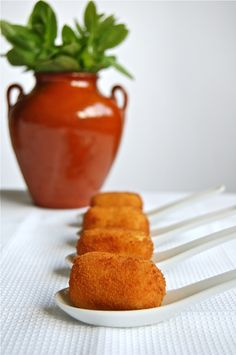 Croquetas de Pollo con cúrcuma - Chicken croquettes with turmeric - Great Spanish food blog with Tapas - http://recipespicbypic.blogspot.com.  I'll make these with Rice and mushrooms instead of Chicken