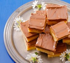 Millionaire's shortbread is a decadent sweet treat that is irresistible to anyone with a sweet tooth. A crisp layer of shortbread topped with sweet caramel and finished with a layer of chocolate. Gooey and sweet perfection. Shortbread Recipes, Fudge Recipes, Dessert Recipes, Snack Recipes, Vanilla Fudge, Millionaire Shortbread Recipe, How To Make Scones, Malva Pudding, Desert Recipes