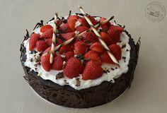Entre núvols de cotó: Pastís de maduixes amb nata i xocolata / Pastel de fresas con nata y chocolate