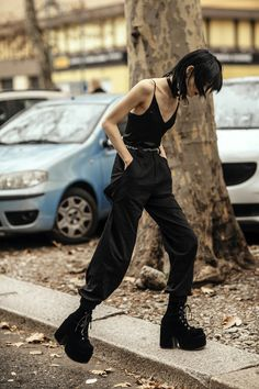 Street style: tydzień mody w Mediolanie jesień-zima Fot. Edgy Outfits, Grunge Outfits, Cute Outfits, Fashion Outfits, Fashion Trends, Editorial Fashion, Dark Fashion, Grunge Fashion, Fashion Top