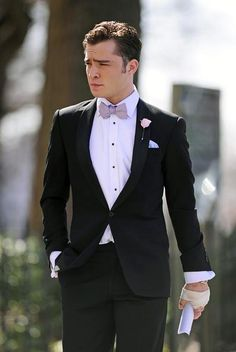 """Ed Westwick Photos - Ed Westwick, sporting a tuxedo and a bloody bandaged hand, arrives in character onto the set of """"Gossip Girl"""" in NYC. - Chace Crawford on Set Mode Gossip Girl, Gossip Girl Chuck, Gossip Girl Outfits, Gossip Girl Fashion, Guy Outfits, Gossip Girls, Men Fashion, Chuck Bass Style, Im Chuck Bass"""