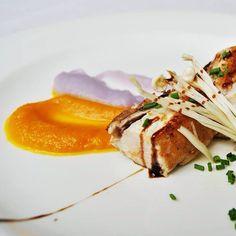 Naranja y morado acompañan a nuestro atún toro. El #color, sea cual sea, tiene un poder de influencia en las personas y en la decoración de los platos juega un papel muy importante a la hora de crear sensaciones en lis comensales. #gastronomía #Cantabria #DegustaCantabria #instafood