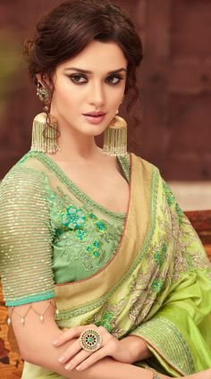 The wedding season is here! Ready to rock the wedding season with the mesmerizing and stylish blouse designs? Not only the bride every girl wants to look at their ethnic best at weddings. Party Wear Maxi Dresses, Mary Janes, Indian Gowns Dresses, Stylish Blouse Design, Sari Blouse Designs, Most Beautiful Indian Actress, Indian Beauty Saree, Saree Dress, Beautiful Saree