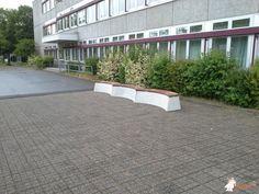 Betonbank DeLuxe Ovaal bij Kath. Hauptschule Neuwerk in Mönchengladbach