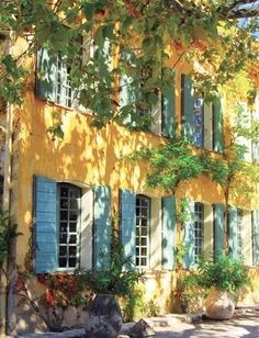 Maison in PROVENCE, love the golden yellow and Wode blue shutters.