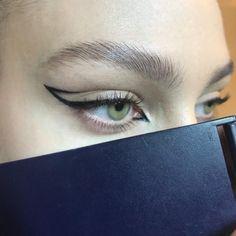 makeup trends New eyeliner style. Eyeliner Make-up, Black Eyeliner Makeup, Eyeliner Looks, Skin Makeup, Coloured Eyeliner, Black Brows, Grunge Eye Makeup, Double Eyeliner, Bold Eyebrows