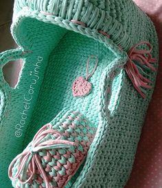 Mais uma foto, agora de dia rsrs ➡➡➡Quem entrou em contato comigo em Dezembro para encomendar, por favor contatar novamente, perdi algumas mensagens!! #RachelCorujinha #feitoamao #handmade #crochê #crochet #fiodemalha #fioecologico #fioreciclado #trapilho #trapillo #euquefiz #ideias #totora #crochetlove #crochetaddict #alfombra #crochetart #crochetlife #lovecrochet #crochetbag #ganchillo #ganchilloxxl #tejer #trapilloadiction #ganchillocreativo #moises #moisesdecroche #moisesdefiodemalha Crochet Case, Love Crochet, Knit Crochet, Crochet Disney, Knit Basket, Baby Baskets, T Shirt Yarn, Baby Sewing, Craft Projects