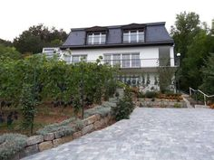 Idyllisches Wohnen Weinberg Bad Kissingen Offering a barbecue and terrace, Idyllisches Wohnen Weinberg is located in Bad Kissingen. W?rzburg is 46 km from the property. Free WiFi is featured throughout the property and free private parking is available on site.