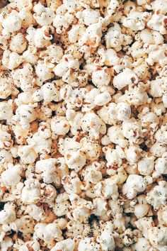 Everything Bagel Popcorn Seasoning — Evergreen Kitchen - - Everything bagel spice might be one of the greatest popcorn seasonings yet. Learn the clever trick to the perfect seasoning - we promise it makes the world of difference! (V+GF). Homemade Popcorn Seasoning, Homemade Bagels, Flavored Popcorn, How To Make Bagels, Keto Cheese Chips, Bagel Chips, Breakfast Bagel, Thanksgiving, Everything Bagel