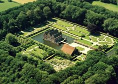 Uithuizen (Gr) - Menkemaborg. - De Menkemaborg in Uithuizen is een van de weinige overgebleven Groninger borgen.. Wikipedia.