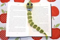... ein Bücherwurm, der mit ein paar Wollresten (Wollstärke 2,5-3,5) superschnell gehäkelt ist... Ein ideales Mitbringsel oder Geschenk. Da wird sich jemand freuen. Die Anleitung ist für Anfänger geeignet und erklärt ausführlich mit Bildern, wie da