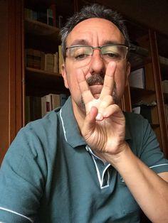 Alex Oviedo, escritor y periodista. #dedosvacios En la casa familiar se fumaba, y muchos; sus paredes aún conservan el olor a tabaco, restos ennegrecidos por el humo. No quiero ni pensar lo que puede hacer con nuestros pulmones.