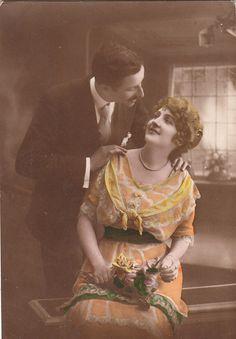 Vintage Romantic French lovers postcard . por ParisBookandPaper