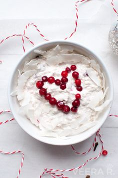 Lingonberry coconut overnight oats make a perfect wintery breakfast for busy mornings. Nutritious Breakfast, Breakfast Snacks, Breakfast On The Go, Oats Recipes, Tea Recipes, Healthy Recipes, Healthy Food, Overnight Oats, High Tea Food