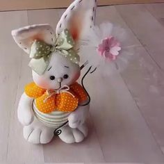 Conejito paso a paso con molde de Pascua Hazlo tu mismo - Das ist meine Nachbarschaft Easter Crafts, Felt Crafts, Holiday Crafts, Fabric Crafts, Diy And Crafts, Crafts For Kids, Arts And Crafts, Sewing Stuffed Animals, Diy Easter Decorations