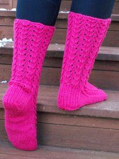 KARDEMUMMAN TALO: Vadelmaiset Knitted Slippers, Wool Socks, Knitting Socks, Winter Socks, Designer Socks, Knitting Accessories, Yarn Crafts, Womens Slippers, Mittens