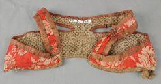 Brukssted, sannsynlig: Fyresdal Beskrivelse: Liv av raudt og beige ulldamask som er fora med ubleika linlerret med brunt mønster. Kanta med vinraudt silke/bomull-tøy rundt selar, rygg og snippar. Nede er det kanta med beige bomullstøy med trykt mønster i brunt. Ned langs snippane og midt i ryggen er det påsett sylvkniplingar