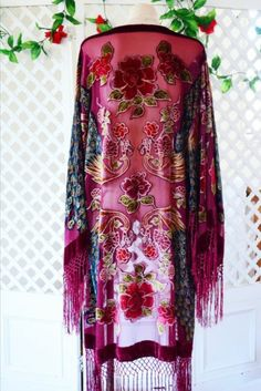 Sheer wine/burgundy tone silk blend fabric (very lightweight) with large kimono sleeves and epic long fringing on sleeve edge and hemline. The detail is absolutely exquisite an Boho Gypsy, Bohemian Mode, Gypsy Style, Hippie Style, Bohemian Style, Boho Chic, Hippie Chic, Estilo Hippie, Fringe Kimono