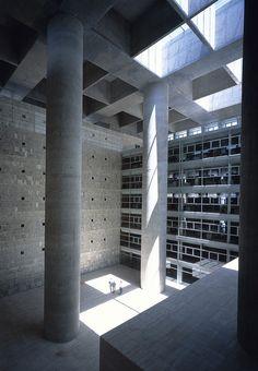 Alberto Campo Baeza / Caja Granada- the main lobby. Beautiful emptyness within the heart of the building.