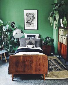 doitbutdoitnow | Grünes Zuhause - Schlafzimmer im Urban Jungle Look - mit Vintage Möbeln, grüner Wandfarbe und einer Menge Pflanzen. Boho Vibes - Homestory Shared Living