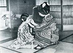 大正時代の写真。 ---- 「写眞帖 御園のおもかげ」は大正12年に販売促進のひとつとして企画されたもので 伊東胡蝶園が募集した懸賞写真に当選した優秀作品300点が紹介されています。 テーマは「お化粧」で、審査員には洋画家の岡田三郎助や日本画家の鏑木 清方、写真家としても知られる資生堂の経営者、福原信三などがあたっています。 ----郷愁のイラストレーションblogより引用。
