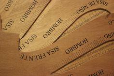 Impresión serigráfica a una tinta sobre madera triplay para elaborar escuadras de costura