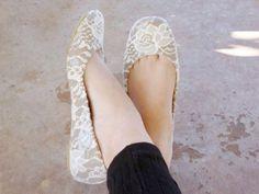 Shoe Makeover: Graceful Lace Flats via Diy Lace Flats, Lace Pumps, Collage Simple, Diy Mod Podge, Shoe Makeover, Mother's Day Diy, Diy Clothing, Sock Shoes, Craft Ideas
