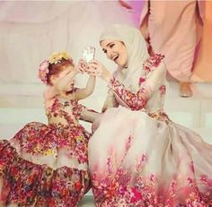 Hijab, mom, and cute -kuva mother daughter fashion, mom daughter, mother Mommy Daughter Dresses, Mother Daughter Fashion, Mom Daughter, Mother Daughters, Cute Flannel Outfits, Mom Outfits, Baby Hijab, Bridal Hijab, Mode Hijab