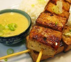 Brochetas de tofú, salsa Satay